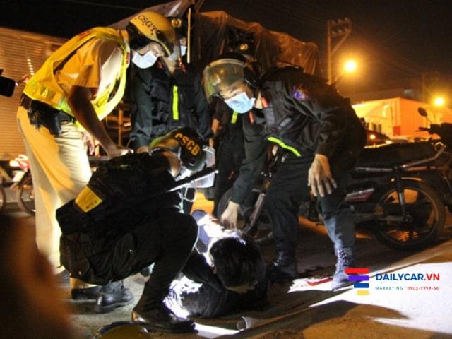 Nhiều tài xế ôtô làm ngơ khi CSGT nhờ hỗ trợ đưa người đi cấp cứu 2
